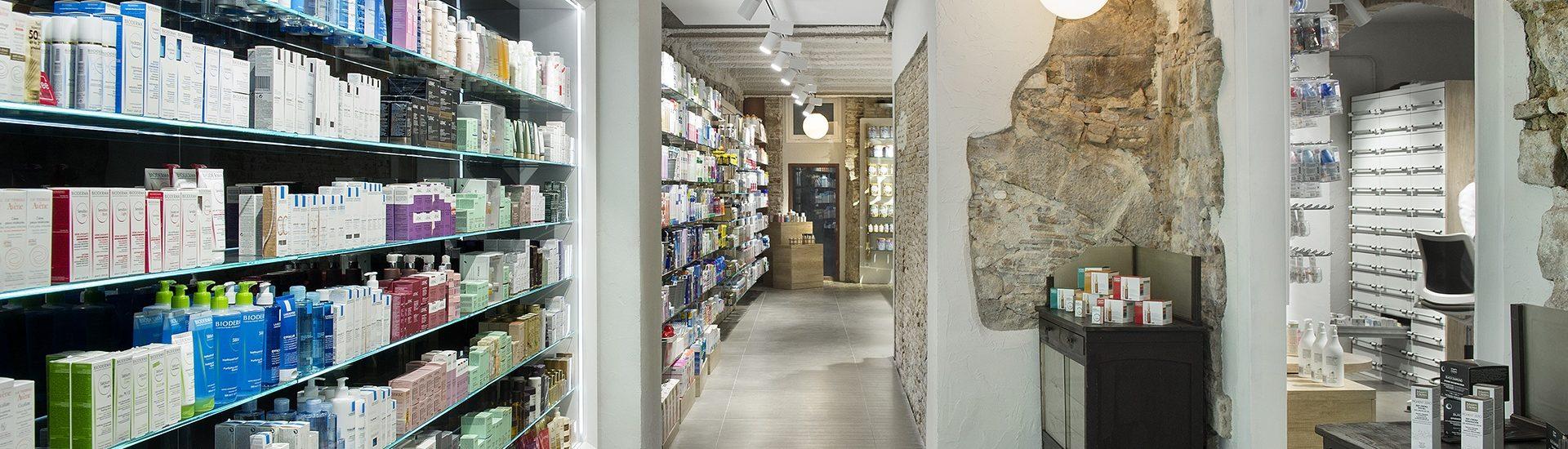 Detalles interiores de la Farmacia Alomar