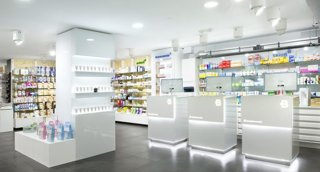 Mostrador de farmacia con faldón