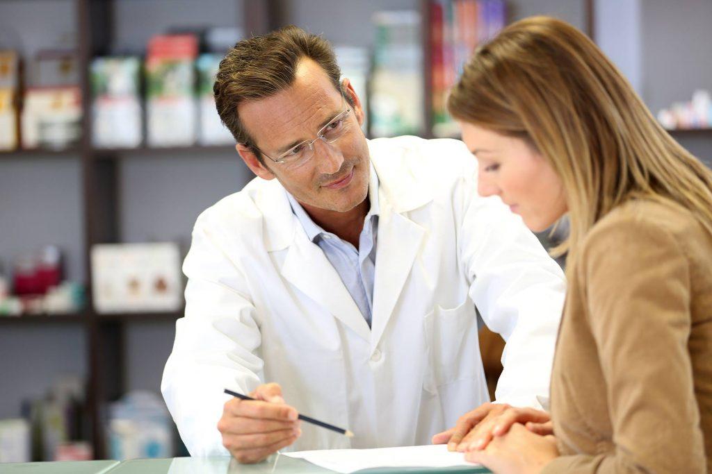 trabajador farmacéutico y cliente en el convenio de farmacia