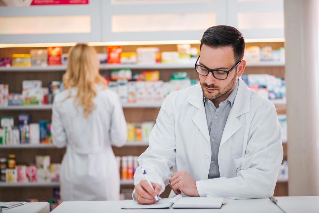 empleados y farmacéuticos en el convenio de farmacia