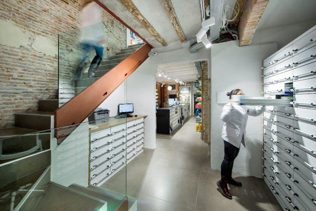 Diseño interior de un almacén de farmacia