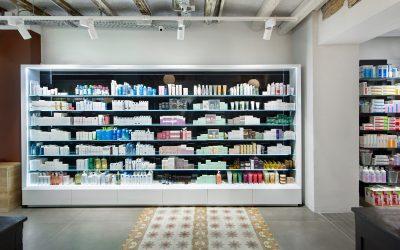 Colocar productos estanterías farmacia