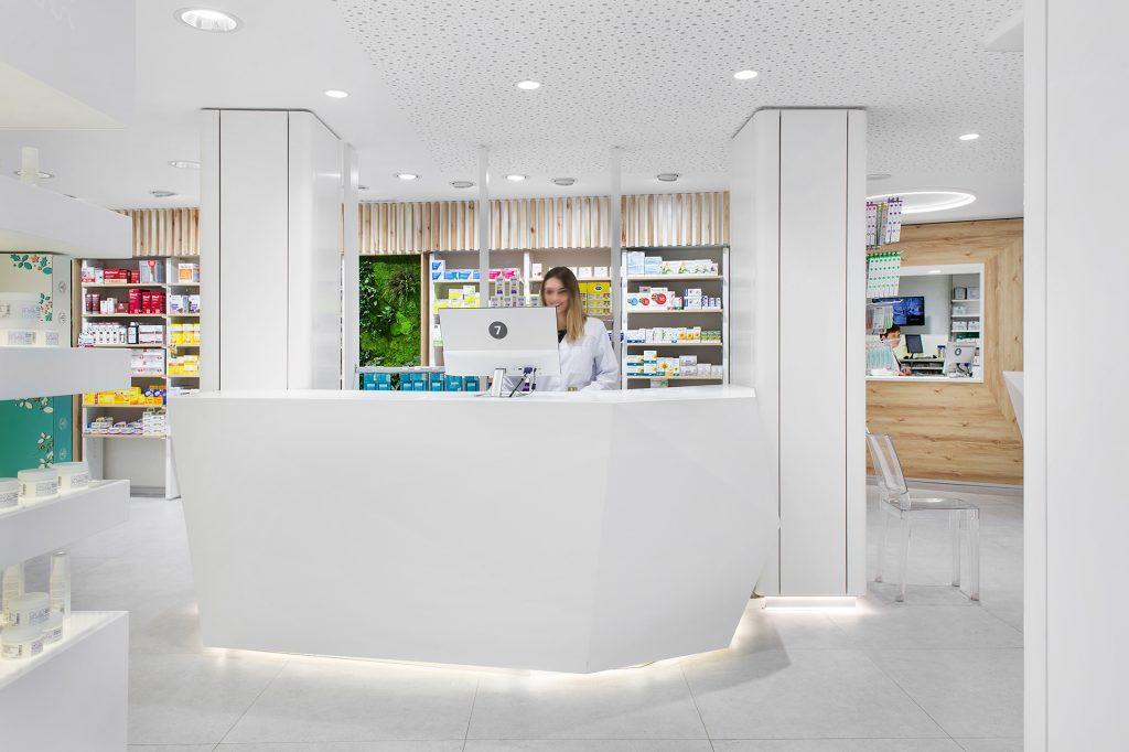 Ambiente de trabajo en farmacia reformada
